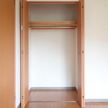 【洋室:玄関側】こちらはややコンパクトなサイズ感。