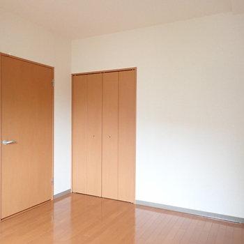 【洋室:玄関側】こちらのお部屋にも収納がついています。