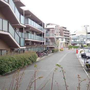 共用の駐輪場、駐車場があります。