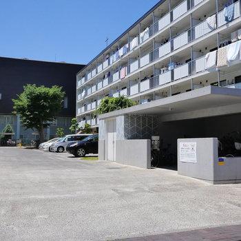 駐車場と、駐輪場。