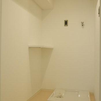 脱衣所に洗濯機置場。いい動線。