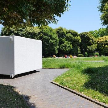 お隣の公園。美術館のオブジェかな。