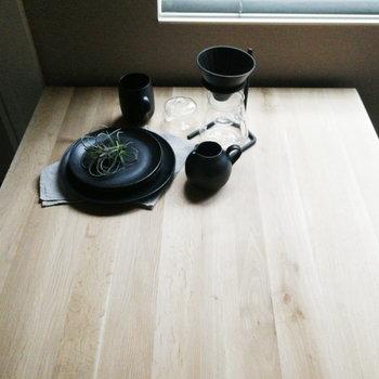 窓際で挽きたてのコーヒーを。※写真の家具はサンプルです