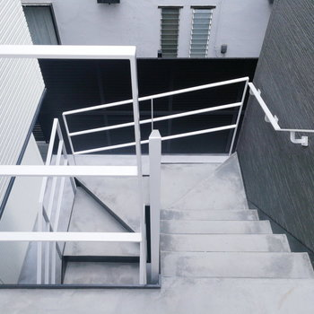 玄関出てすぐ階段です。