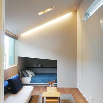 間接照明がカッコいい。※写真の家具はサンプルです