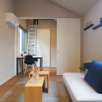 高い天井が特徴的なお部屋です。※写真の家具はサンプルです