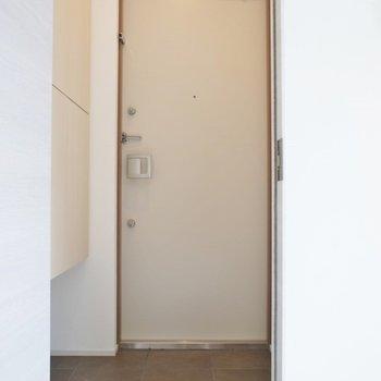 フラットな玄関。※写真は201号室のもの