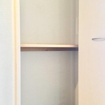 廊下の収納は奥行きが狭いです。
