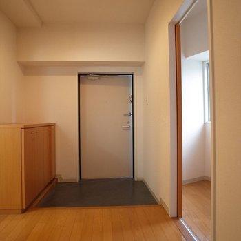 広々とした玄関です♪来客が来た際でも安心!※写真は8階の同間取り別部屋のものです