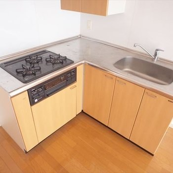 L字型のキッチンは、お料理しやすいこと間違いなし!※写真は8階の同間取り別部屋のものです
