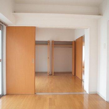 こちらが寝室で・・・※写真は8階の同間取り別部屋のものです