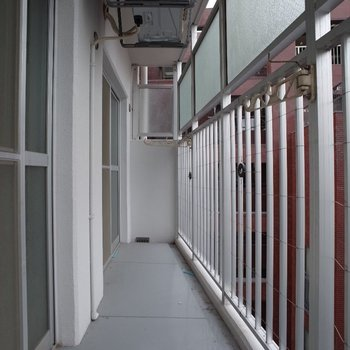 柵の上にすりガラスがついているので、洗濯物も安心して干せます♪※写真は8階の同間取り別部屋のものです