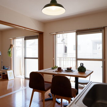 【リビング】お隣の洋室とつなげると開放的。※家具はサンプルです