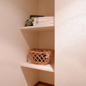 奥にも棚が!バス用品や洗剤などはこちらに。※家具はサンプルです