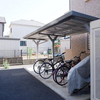 駐輪場は建物横に。屋根付きです!