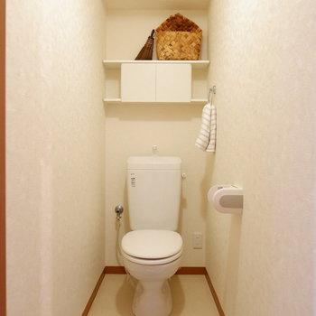 トイレは備品を置いておける棚つき。※家具はサンプルです