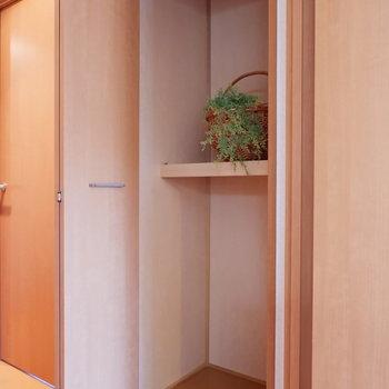 そうそう、廊下にも収納ありです!掃除用具などをどうぞ。※家具はサンプルです
