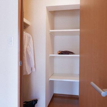 【洋室6帖】そしてウォークイン!アウトドア用品も入ります。※家具はサンプルです