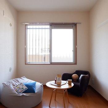 【洋室5.7帖】この広さなら、ダブルベッドも入ります。※家具はサンプルです