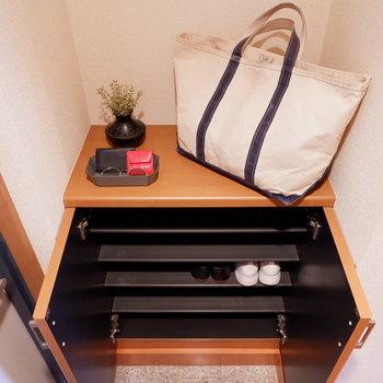 玄関の靴箱はまずまずの容量。※家具はサンプルです