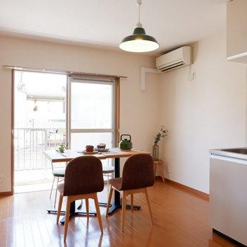 【リビング】1階のお部屋ですが、南向きで明るいのです。※家具はサンプルです