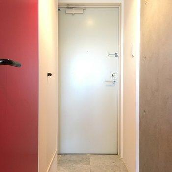玄関もタイトに。※写真は4階の反転間取り別部屋のものです。