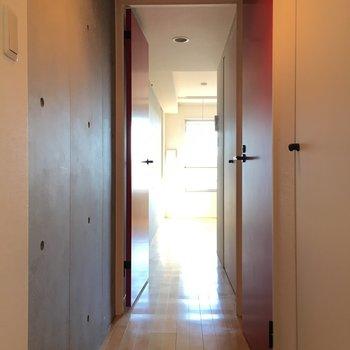 玄関側から。コンクリの世界へ※写真は4階の反転間取り別部屋のものです。