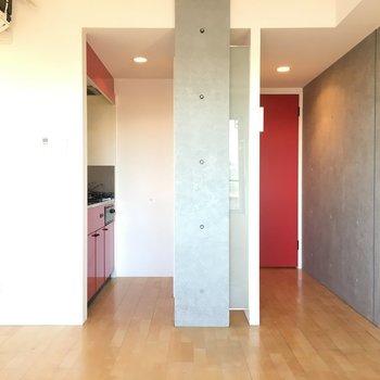 赤いアクセントが素敵※写真は4階の反転間取り別部屋のものです。