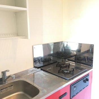 真っ赤なキッチン!※写真は4階の反転間取り別部屋のものです。