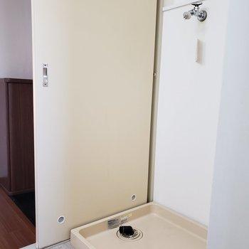 洗濯機の上に収納棚があれば便利。※写真は3階同間取り別部屋のものです