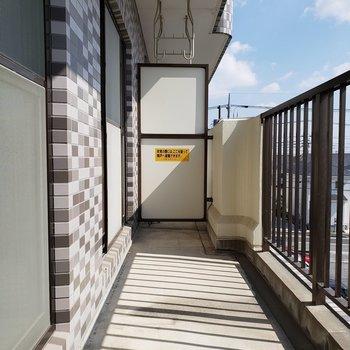 和室と洋室のバルコニー。洗濯物がよく乾きそう。※写真は3階同間取り別部屋のものです