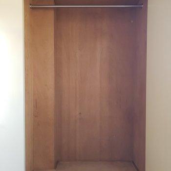 ひとり分の服を収納するくらい。※写真は3階同間取り別部屋のものです