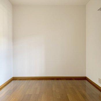玄関側の洋室にもテレビ端子あります。