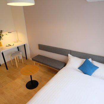 ベッドはゆったりセミダブルサイズ※写真は407号室