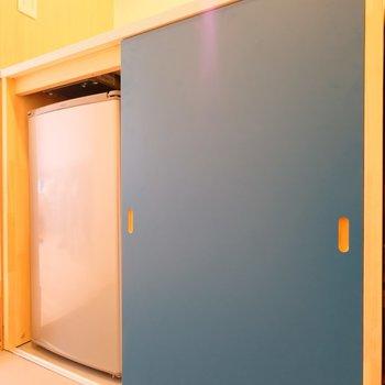 下には中型冷蔵庫と、※写真は407号室