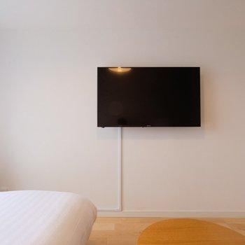 あちらには可動式の43インチの4K対応テレビが!※写真は407号室