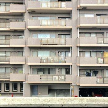 ベランダからは、、向かいのマンションが見えます