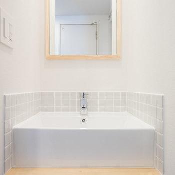 【イメージ】木枠のミラーがかわいい洗面台です
