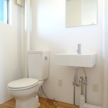 トイレはふつう。ウォシュレットにしようと思えばできますね。※写真は3階の同間取り別部屋のものです。