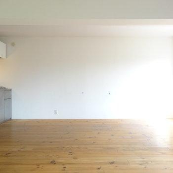 キッチンはあちらに ※写真は3階の同間取り別部屋のものです。