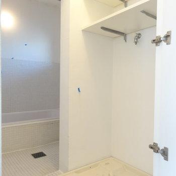 洗濯機はこちら。バスルームはカーテンで仕切るタイプ。※写真は3階の同間取り別部屋のものです。