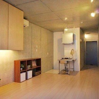 天井もコンクリート打ちっ放し。※写真は前回募集時のもので、家具はサンプルです