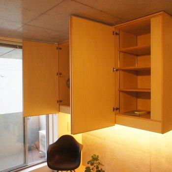 収納が浮いてまっせ。※写真は前回募集時のもので、家具はサンプルです