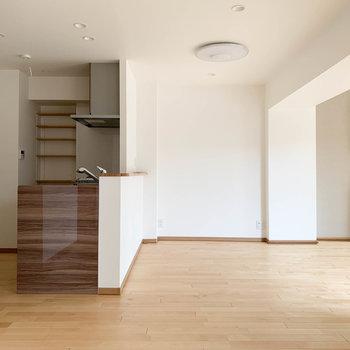 【LDK】反対側から見ると。キッチンも木の温もりが良いですねえ。
