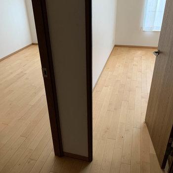 廊下に出ると、左に【洋室7帖】右に【洋室7.3帖】のお部屋があります。