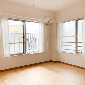 【洋室7.3帖】2面の窓で開放感がありますね〜
