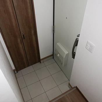 玄関入って階段があります。※通電前につきフラッシュを使用して撮影しています。