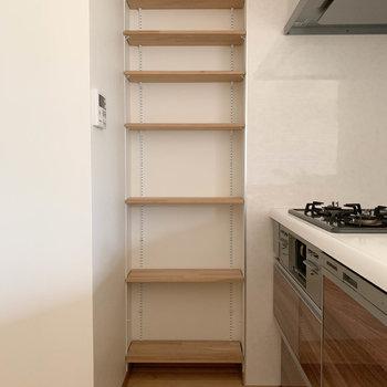 【LDK】キッチン横にも棚の収納がついております。
