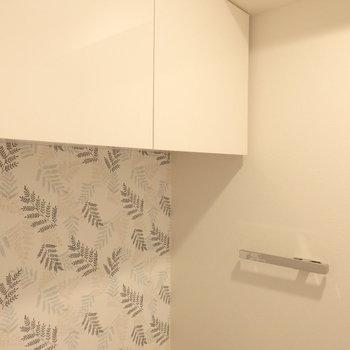 トイレ上部には収納棚もありました ※写真はクリーニング前のものです