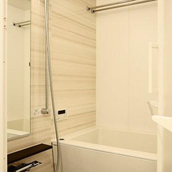 お風呂は白基調。※写真は5階同間取り別部屋のものです